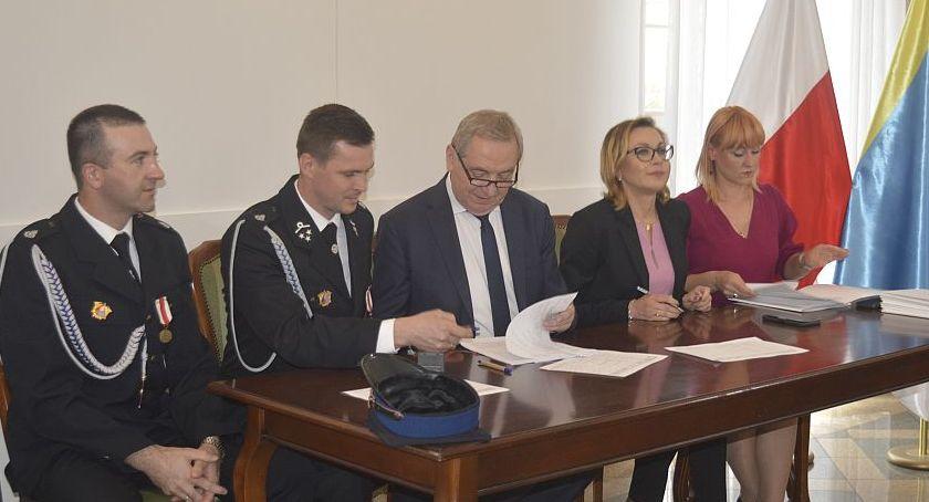 Straż Pożarna, Podpisanie umów dofinansowanie sprzętu wyposażenia jednostek - zdjęcie, fotografia