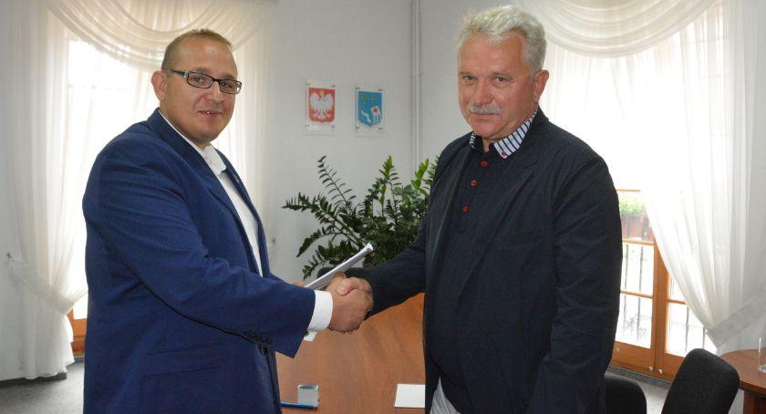 Miasto, Umowa przebudowę drogi gminnej Trzcińcu podpisana - zdjęcie, fotografia
