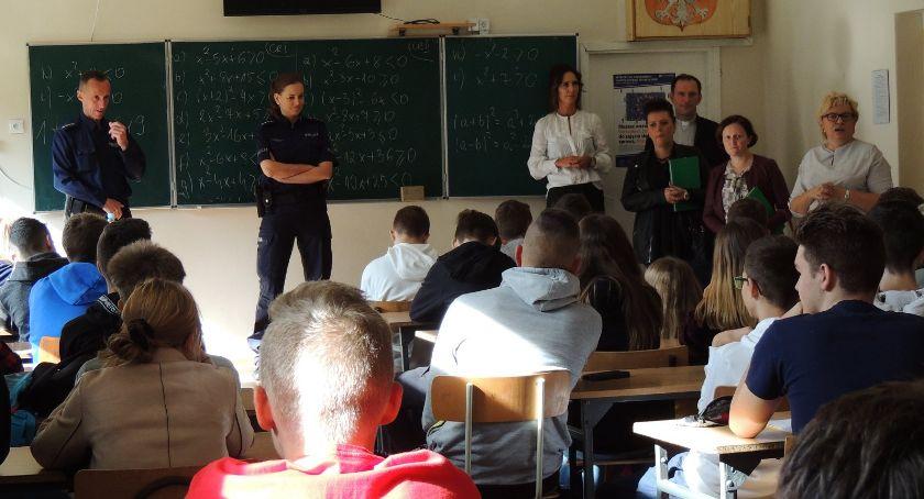 Szkoły powiatowe, Spotkanie funkcjonariuszami Policji - zdjęcie, fotografia