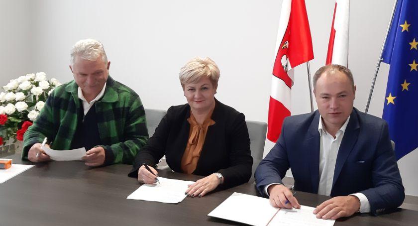 Powiat, Podpisanie umowy rozbudowę Białowiejskiej - zdjęcie, fotografia