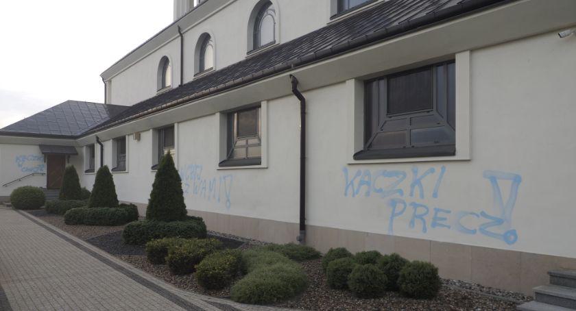 Policja, Zdewastowano budynek kościoła Popławach - zdjęcie, fotografia