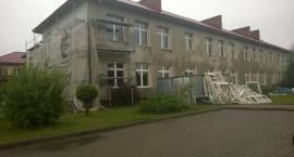 Coraz ładniejszy i cieplejszy budynek szkoły i urzędu gminy w Winnicy