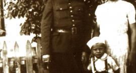 Ten siwy Pan na grobie Ojca w Katyniu to chłopiec w białej czapeczce