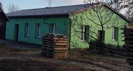 Nowy dach na strażnicy w Białowieży
