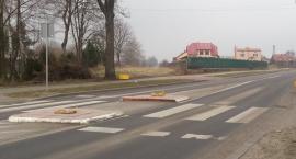 Bez uprawnień na podwójnym gazie zniszczył znaki drogowe