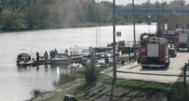 Strażacy wyciągają łódź z Narwi