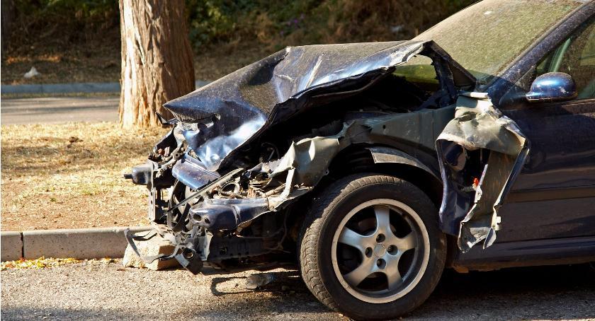 Wypadki drogowe , Wypadek Wilga latka zjechała jezdni uderzyła drzewa - zdjęcie, fotografia