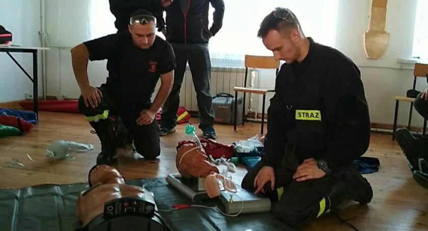 Inne Ciekawostki, Strażacy profesjonalnie udzielają pierwszej pomocy - zdjęcie, fotografia
