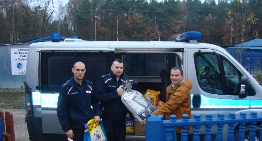 Inne Ciekawostki, Policjanci darami odwiedzili bezdomne zwierzęta Celestynowie - zdjęcie, fotografia