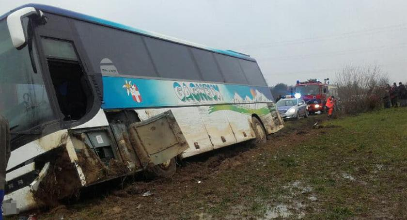 Wypadki drogowe , Wypadek autobusu wycieczka dzieci rowie kierowca żyje - zdjęcie, fotografia