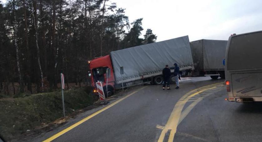 Wypadki drogowe , Wylot stronę Lublina zablokowany ciężarówka rowie - zdjęcie, fotografia