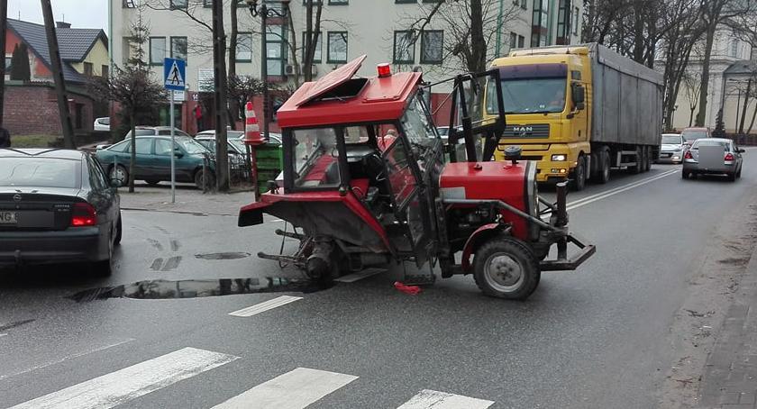 Inne Miejskie, Garwolin Staszica zablokowana ciągniku urwało koło - zdjęcie, fotografia