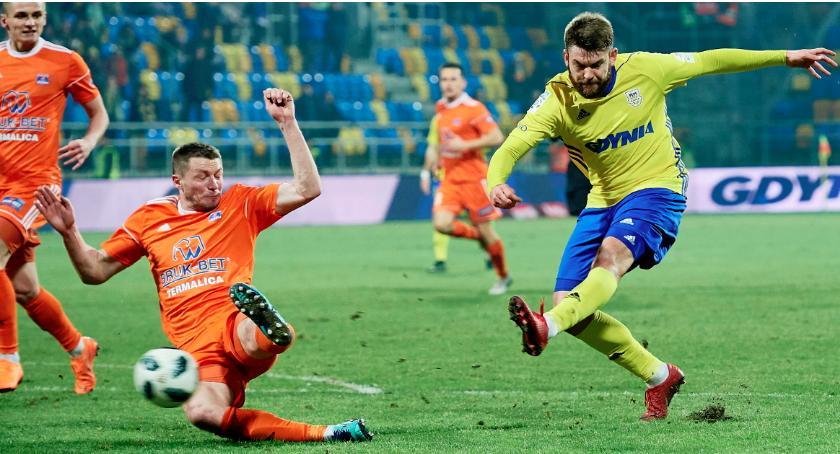 Piłka nożna, Piesio dobił - zdjęcie, fotografia