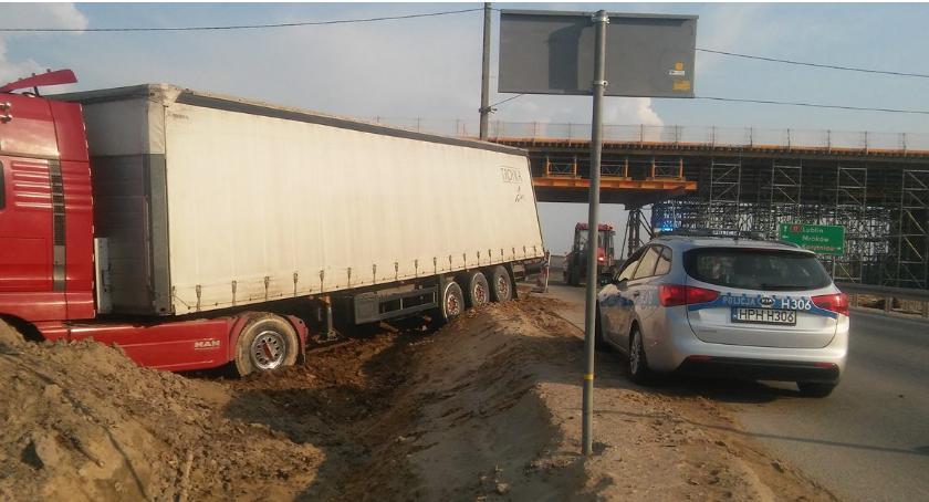 Wypadki drogowe , ciężarówka wjechała budowy utrudnienia - zdjęcie, fotografia