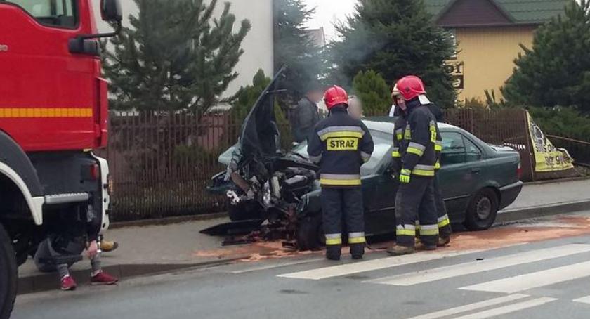 Wypadki drogowe , Wypadek letni kierowca uderzył ogrodzenie - zdjęcie, fotografia