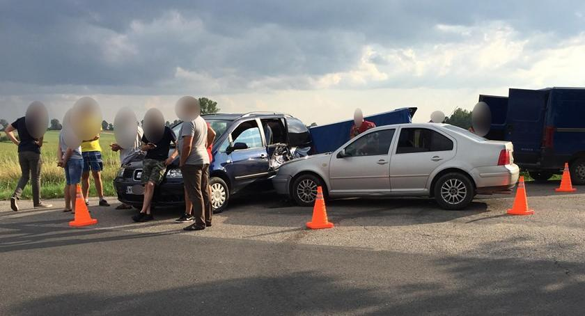 Wypadki drogowe , Pijany kierowca uderzył samochód pasażerami - zdjęcie, fotografia