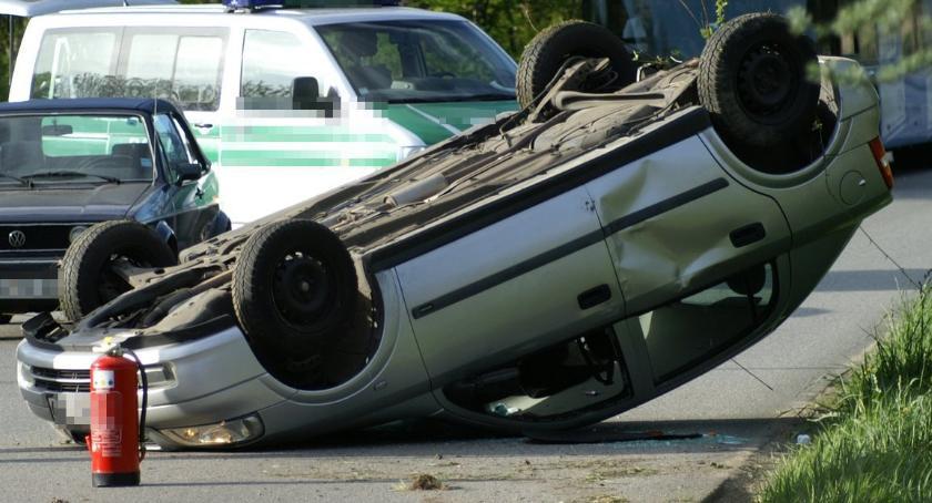 Wypadki drogowe , Kontrola Music dachowanie podczas policyjnego pościgu - zdjęcie, fotografia