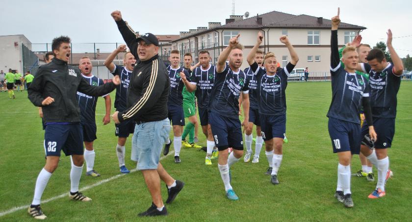 Piłka nożna, Orzeł pierwszy wyżej Wilga - zdjęcie, fotografia