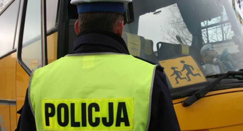 Komunikaty policji , Kontrolowali szkolne autobusy działania policji - zdjęcie, fotografia