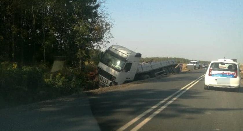 Wypadki drogowe , Ciężarówka rowie kierowca pijany - zdjęcie, fotografia