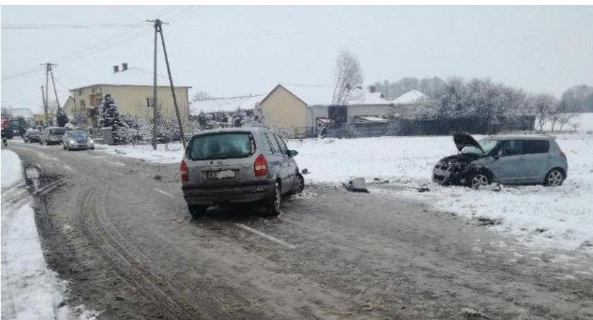 Wypadki drogowe , kolizji jedną dobę trudne warunki drogach - zdjęcie, fotografia
