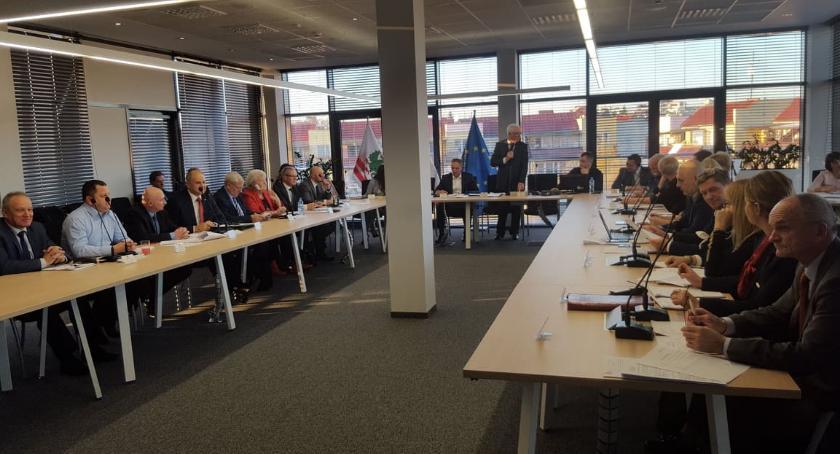 Inne Powiat, Zwiększyli zadłużenie powiatu żeby spłacić zobowiązania poprzedników - zdjęcie, fotografia