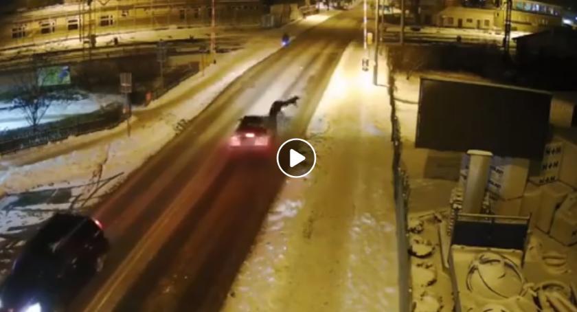 Wypadki drogowe , Nagranie wypadku pieszy wbiegł koła samochodu - zdjęcie, fotografia