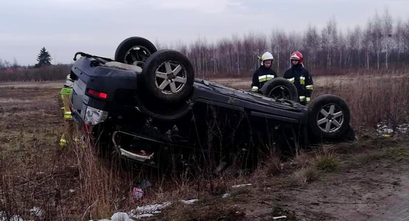Wypadki drogowe , Dachowanie Miętnem kobieta straciła panowanie pojazdem - zdjęcie, fotografia