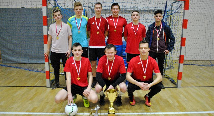 Piłka nożna, Dzielni Zawodnicy wygrali Wisła Podwierzbie - zdjęcie, fotografia