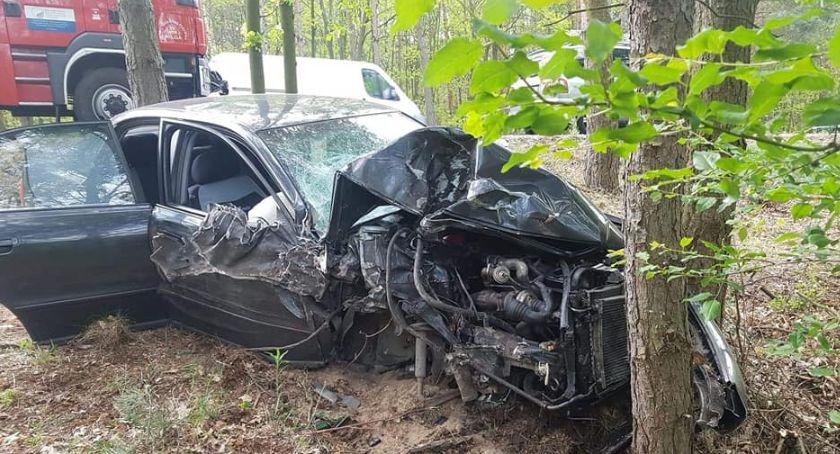 Wypadki drogowe , Wypadek uderzyło drzewa - zdjęcie, fotografia