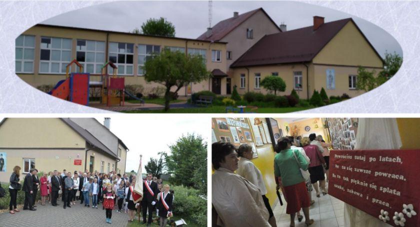 W Powiecie, szkoły Łąkach absolwentów - zdjęcie, fotografia