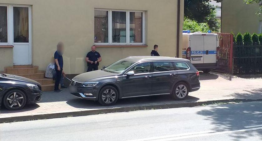Inne Powiat, upał zostawili zamkniętym samochodzie poszli zakupy - zdjęcie, fotografia