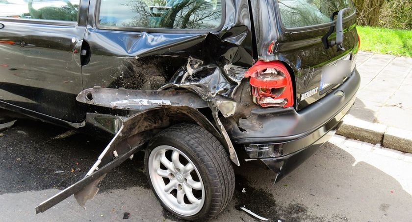 Wypadki drogowe , Wypadek Kobieta uderzyła zaparkowane samochody - zdjęcie, fotografia