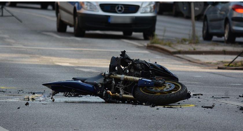 Wypadki drogowe , Wypadek Motocyklista trafił szpitala - zdjęcie, fotografia
