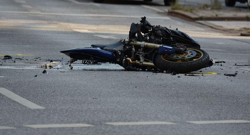 Wypadki drogowe , Wypadek Kierowca osobówki ustąpił pierwszeństwa motocykliście - zdjęcie, fotografia