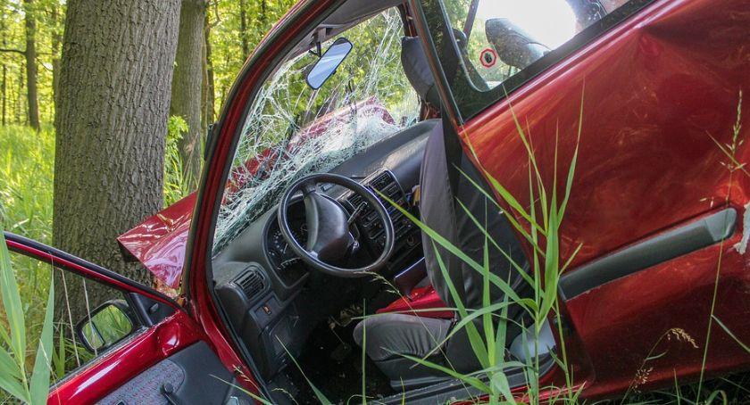 Wypadki drogowe , Samochód uderzył drzewo Strażacy ewakuowali jedną osobę - zdjęcie, fotografia