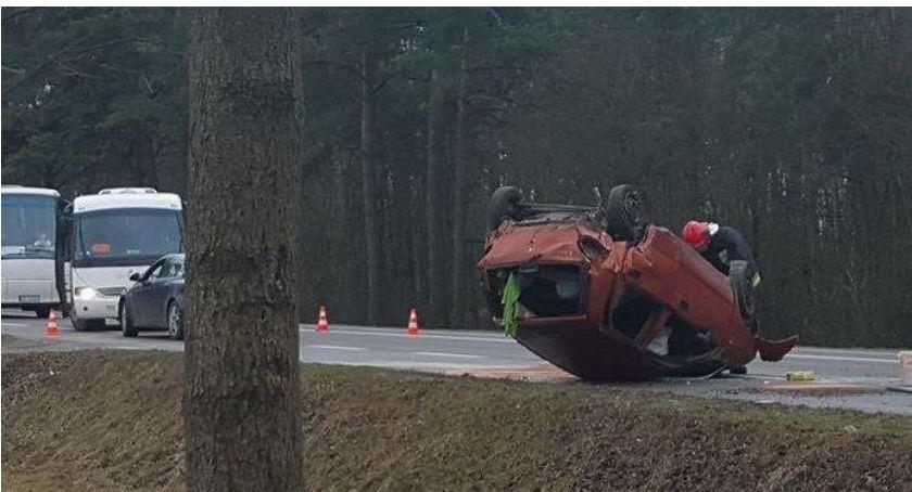 Wypadki drogowe , Dachowanie samochodu - zdjęcie, fotografia