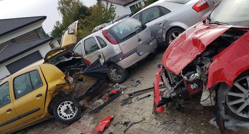 Wypadki drogowe , Kolizja parkingu Uderzył zaparkowane samochody - zdjęcie, fotografia