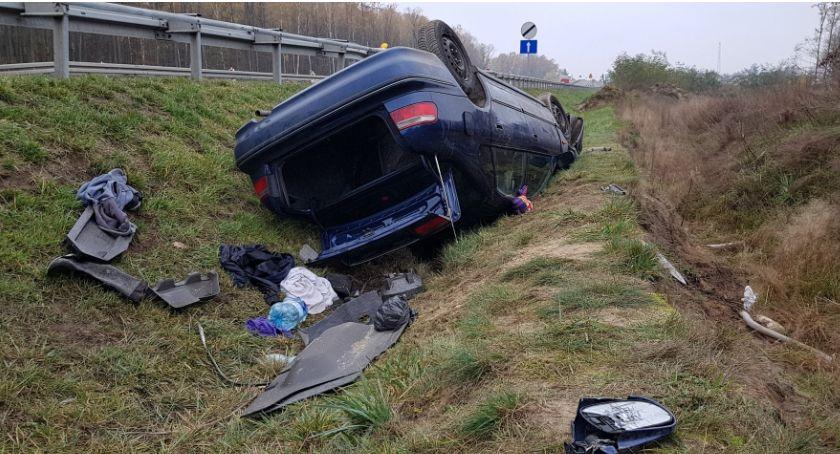 Wypadki drogowe , Dachowanie Kierowca porzucił samochód - zdjęcie, fotografia