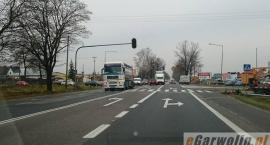 Na skrzyżowaniu w Lipówkach trwa montaż sygnalizacji świetlnej