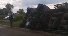 Ciężarówka w rowie. DK 17 całkowicie zablokowana. Są objazdy!
