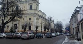 Garwolin – Problem z parkowaniem przy kościele! Płatny parking, zakaz czy słupki?