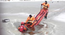 Tonący mężczyzna uratowany przez strażaków - pokazy ratownictwa lodowego w Garwolinie (Video)