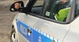 Policjanci przyglądają się kierowcom i pieszym – działania NURD w powiecie