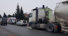 Wypadek – Cementowóz uderzył w osobówkę – utrudnienia na ul. Stacyjnej