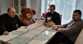 Miś Tobiasz wędruje po parafii Górzno – wyjątkowa akcja duszpasterska
