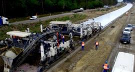 Budowa S17 - układanie nawierzchni betonowej