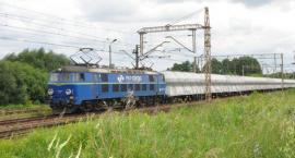 Pociąg uderzył w samochód stojący na przejeździe kolejowym