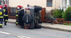 Kolizja w Garwolinie - samochód uderzył w ogrodzenie