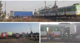 Ciężarówka uderzyła w pociąg – przejazd kolejowy zamknięty